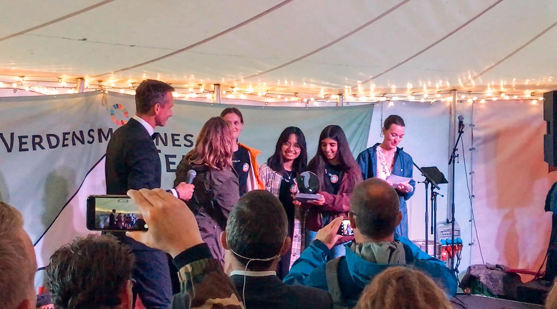 Elever fra Gram Skole modtager Verdensmålsprisen i kategorien 'Forandringsprisen'. Foto: Stine Schnor-Olsen
