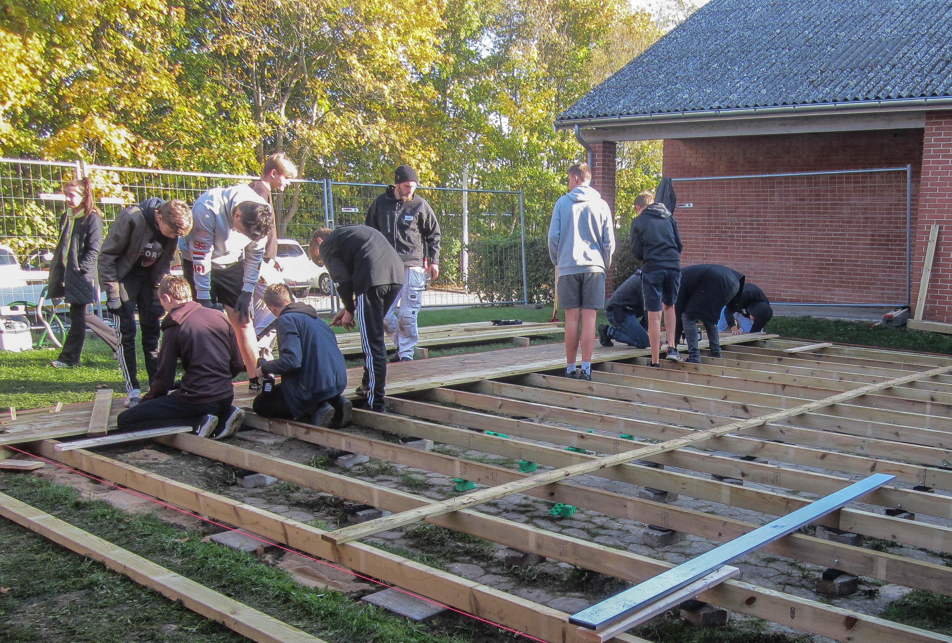 Tømrevirksomheden Egon Olsen & Søn hjælper med at bygge en terrasse på den lokale skole. Projektet skal være med til at vise eleverne, hvad håndværksfaget kan. Foto: Egon Olsen & Søn