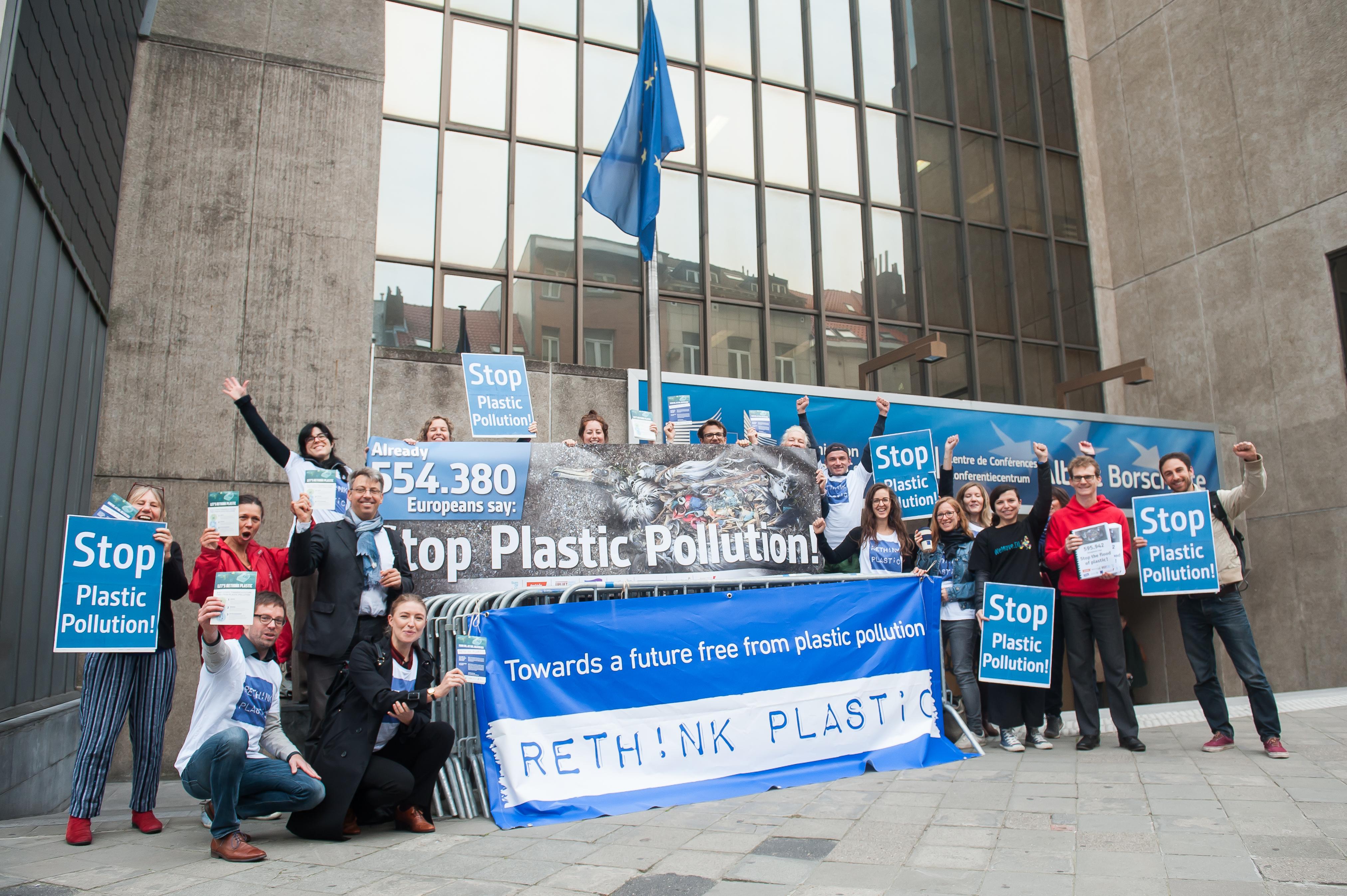 Aktivister fra den europæiske miljøorganisation Rethink Plastic demonstrerer foran EU-Kommissionen inden vedtagelsen af plastikforbuddet. Foto: CCBY campact